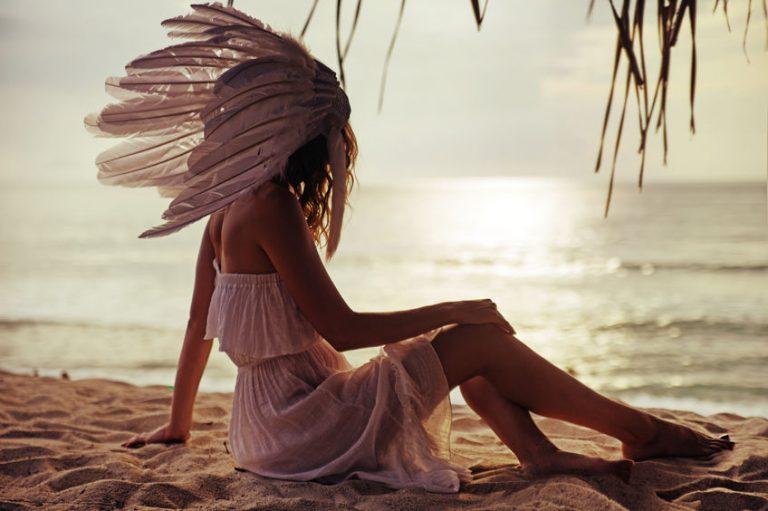 夕方の海を眺める女性
