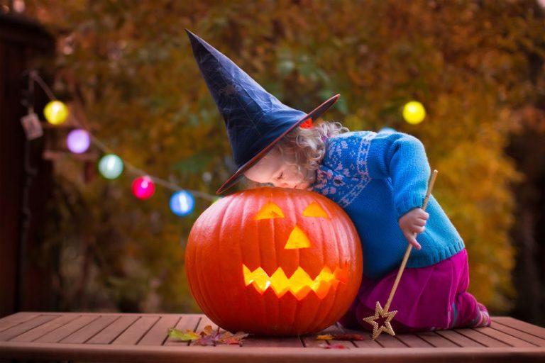 かぼちゃと、魔法使い姿の子ども