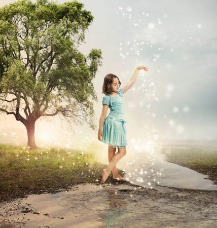 少女のまわりにキラキラした光が集まる