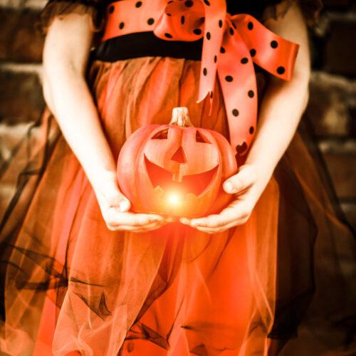 ハロウィンのランプをもつ少女