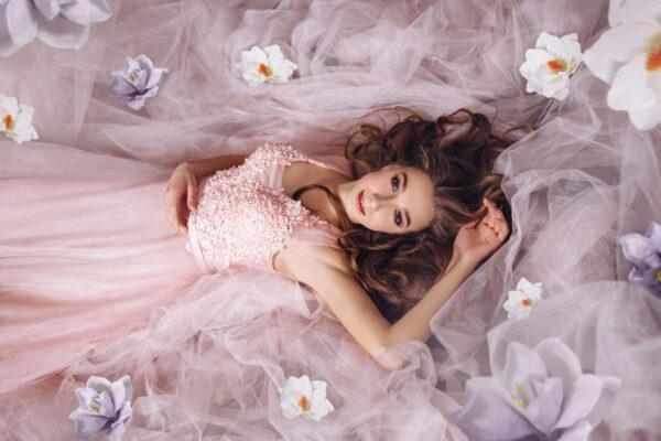 薄ピンクのドレスをきた若い女性