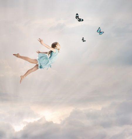 雲の中を飛ぶ少女