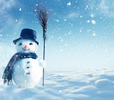 箒を手にする雪だるま