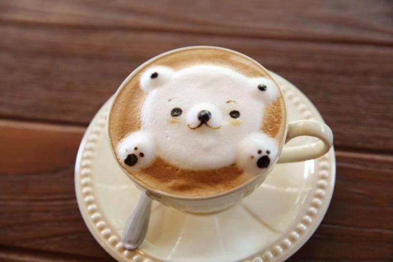 カフェラテにクマのホイップアート