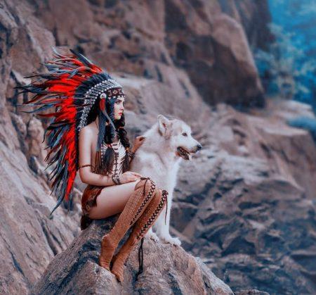 岩場に女性と犬