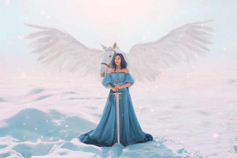 ペガサスと女神が雪の上に