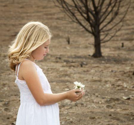 一輪の花を手にする少女