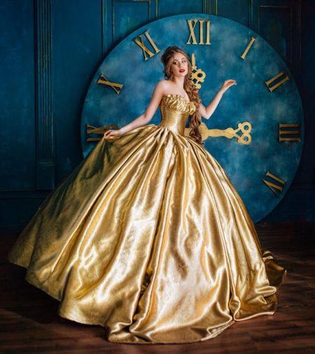 大きな時計の前にたつ美女