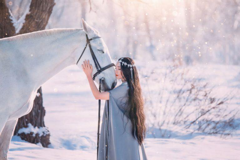 白い馬とロングヘアの女性