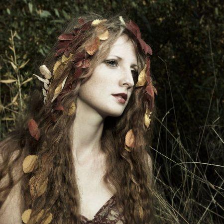 秋の景色の中に女性