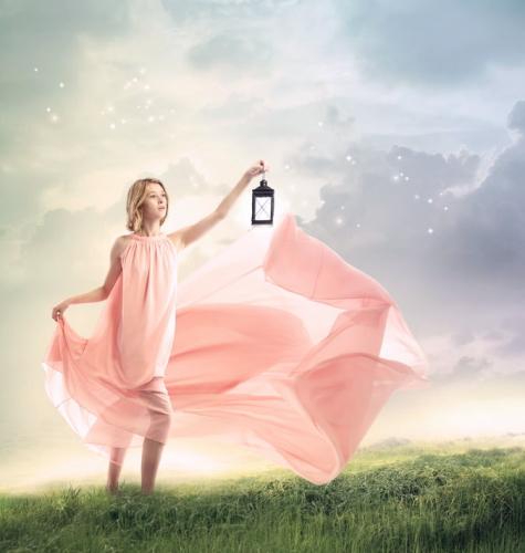 ランプを手に草原を進む女性
