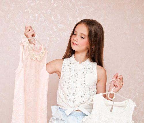 洋服を選ぶ少女