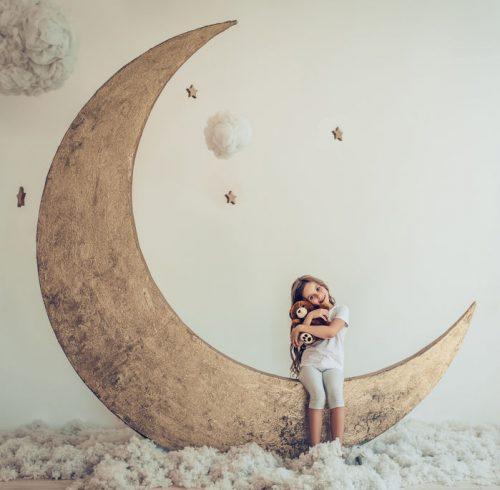 月に座る少女