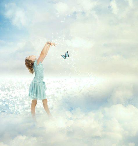 雲の上にいる少女