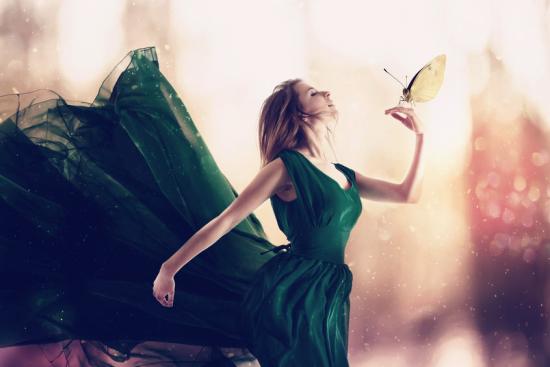 緑のドレスをきた女性