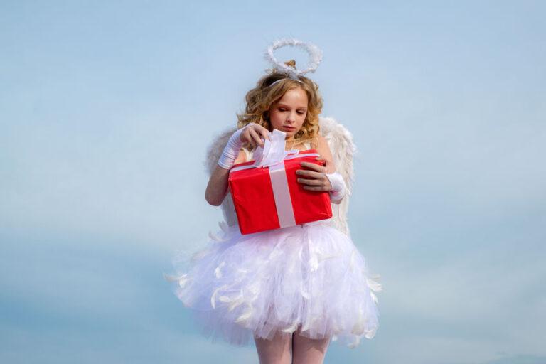 プレゼントを抱えた天使